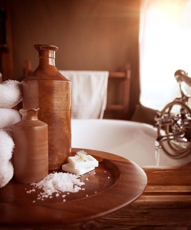 럭셔리 한 욕실 인테리어, 세련된 브라운 디자인 디테일, 밝은 흰색 타월 및 욕조, 스파 호텔에서의 휴식