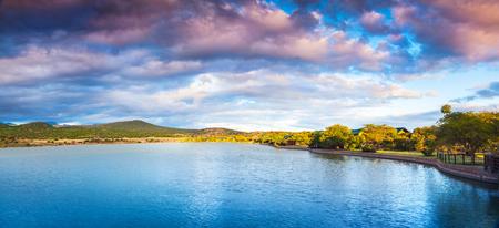 湖と山の美しい風景、有名な観光名所、南アフリカ共和国の素晴らしい自然のパノラマ ビュー、ガーデン ルート 写真素材