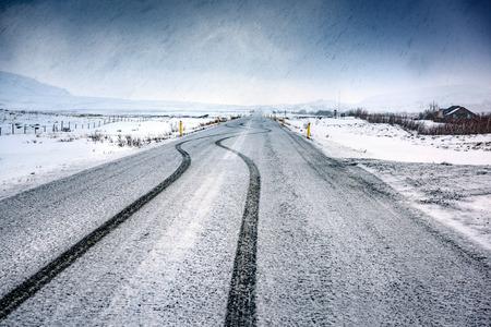 空雪の高速道路、美しい冬の風景、素晴らしいパノラマ ビュー、アイスランド、北欧の寒さ