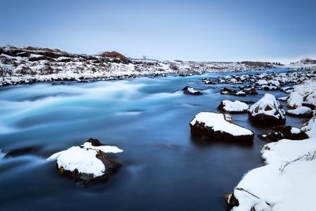 凍った川の風景、美しいパノラマビュー、自然の背景、アイスランドの素晴らしい自然、寒い国に旅行冬の時間 写真素材