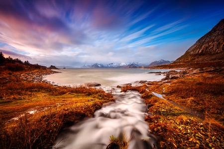 Mooi landschap van de Lofoten, verbazingwekkende ongerepte gebieden en open zee, prachtige natuur van de natuur, liggend in de poolcirkel, Nordland, Noorwegen Stockfoto
