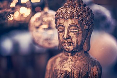 Vintage stijlfoto van het houten standbeeld van Boeddha, God van oosterse religie, conceptueel beeld van meditatie, mindfulness en innerlijke vrede Stockfoto