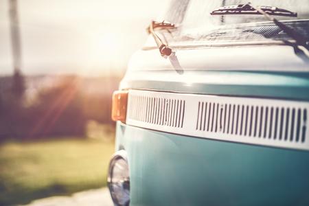珍しいヴィンテージキャンピングカー、70年代の改装された車、素敵な古いヴィンテージブルーバス、明るい晴れた日に排他的な車で幸せな旅行