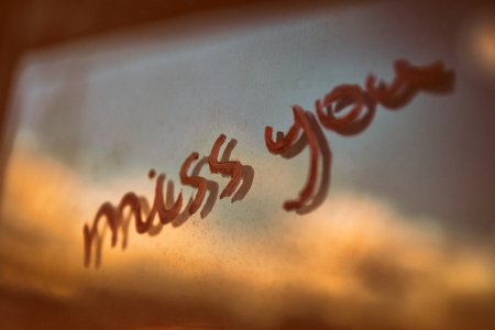 過去からの愛のヴィンテージスタイルの概念的な写真、手書きのフレーズは、ウィンドウ上であなたを逃す、グランジの背景、バレンタインデーの
