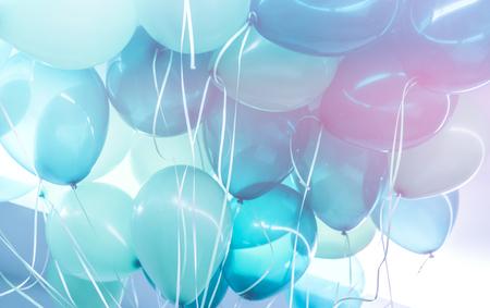 パーティーの背景、青い気球の束の抽象的なお祝いの背景、幸せな誕生日の休日の装飾