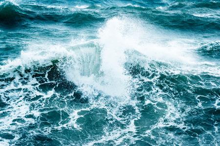 Belle mer orageuse, fond naturel abstrait, vagues déferlantes, catastrophe naturelle, ouragan sur la mer, puissance de la nature