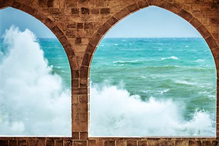 Belle vue sur la mer à travers d'étonnantes grandes fenêtres en arc du bâtiment ancien Banque d'images