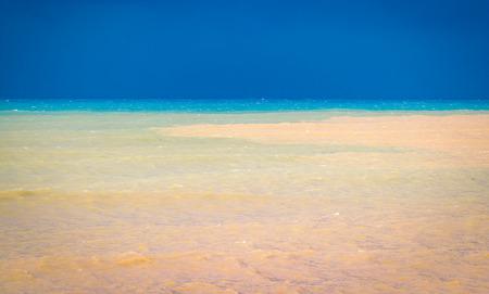 Inundación del río al mar, desastre natural, problema ecológico debido al cambio climático, flujo de agua dulce entra en el mar Mediterráneo
