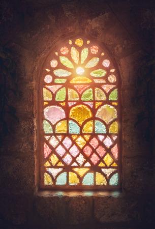 Vetrata, incredibile finestra colorata di un'antica chiesa, casa di dio, luogo di culto, antica cattedrale antica del Libano