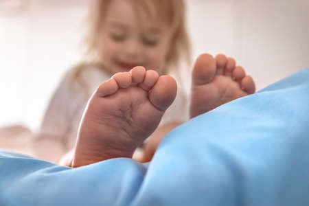 Selective Focus on a Cute Little Baby Boy's Bare Feet. Kid Enjoying Morning Time. Happy Healthy Child at Home Banque d'images