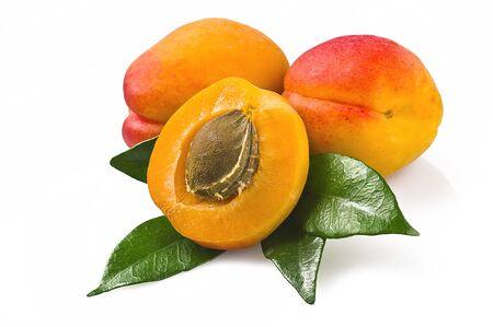 Abricot tranche avec la feuille sur blanc