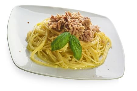 spaghetti saus: Italiaanse pasta en tonijn op een witte plaat Stockfoto