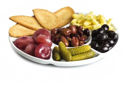 encurtidos: un plato de aperitivo en blanco Foto de archivo