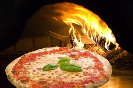 pizza: Pizza Margherita in een pizza-oven