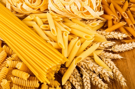 Mix group of italian pasta on the wood table Imagens