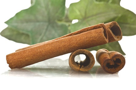 cannelle: cinnamon sticks stacked on the white background