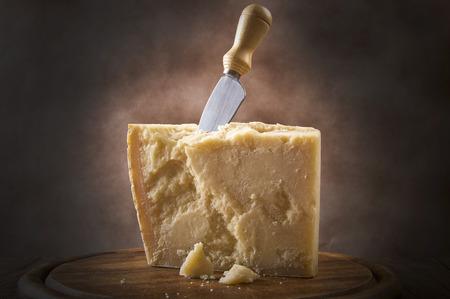 まな板にパルメザン チーズ、加工
