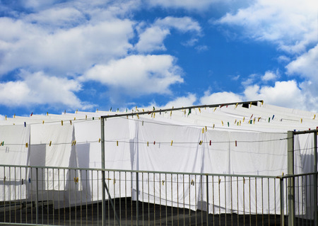 cocaina: Lenzuola di cotone bianchi essiccazione su una corda