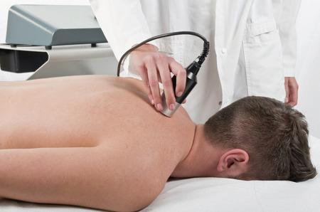 hombros: Primer plano de un tratamiento con l�ser en fisioterapia