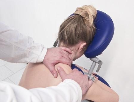 osteopata: terapeuta f�sico, masajes a la chica con las manos Foto de archivo