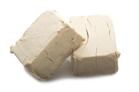 levadura: Cubos de levadura de cerca en el blanco