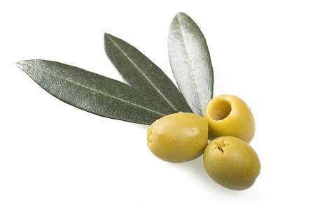 pitted: Olive verdi denocciolate vicino su bianco Archivio Fotografico