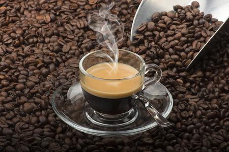Tazza di caffè sul tavolo con i semi