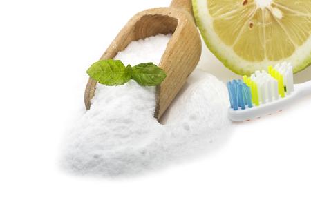 bicarbonate: white teeth with lemon and baking soda