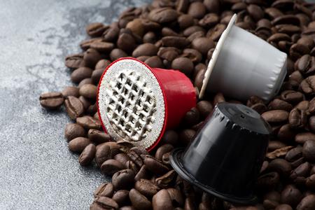 Espresso capsules op de achtergrond van de koffiebonen Stockfoto