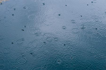 kropla deszczu: Deszcz opada na wodę