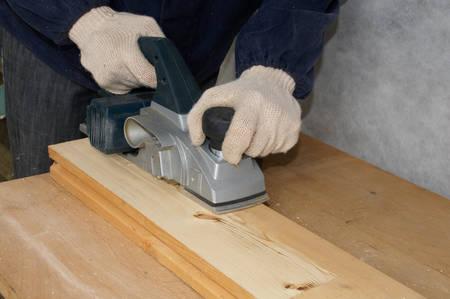 planos electricos: Trabajador aviones de tabla de madera con cepillo el�ctrico