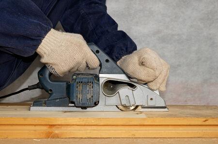 planos electricos: Hombre Planos del panel de madera con cepillo el�ctrico