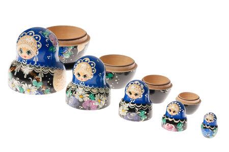 decreasing in size: Matryoshka � un insieme di bambole di legno russo di dimensioni decrescenti disposti l'uno dentro l'altro. Isolati su bianco