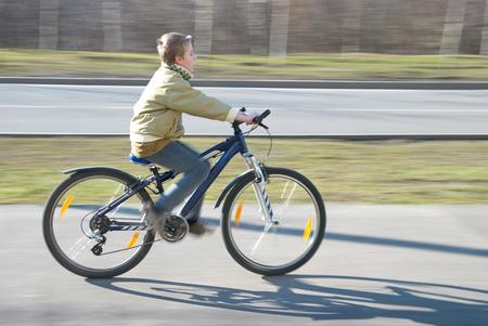 10 년 오래 된 소년 자전거 타기 자전거 경로 봄 날