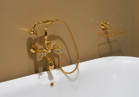 cabine de douche: White top ceramic bath and glossy gold plated mixer Banque d'images
