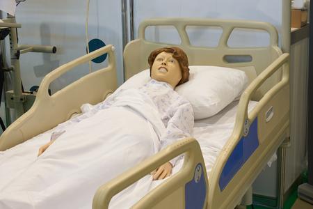 Simulador robótico médico en la cama del hospital para la formación de estudiantes de medicina Foto de archivo
