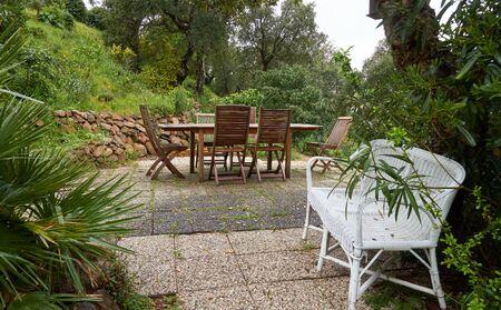 Muebles de madera en jardín francés en abril. Riviera francesa, Francia