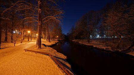 Beautiful night winter scene on the Yauza river in Babushkinskiy district, Moscow Standard-Bild - 140277276