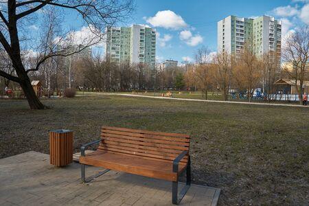 Bench in the park in Yuzhnoye Medvedkovo district, Moscow Standard-Bild