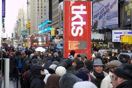 뉴욕, 뉴욕 -2011 년 1 월 22 일 : TKTS 브로드 웨이 티켓 라인에 타임스 스퀘어 사람들