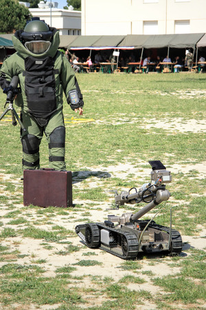 landmine: Bomb Squad specialiste and vehicle equipped with a remote-controlled robot, detection and detonation equipment