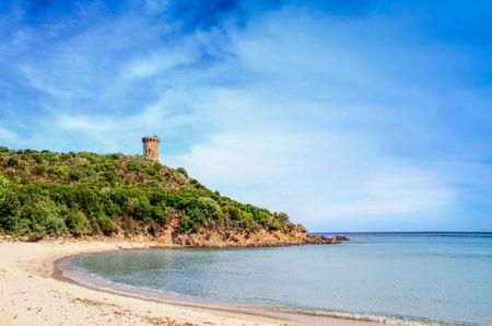 Wachturm in Pinarello Strand, südlich von Korsika. Die Pinarello Bay beherbergt eine der schönsten Strände Korsikas