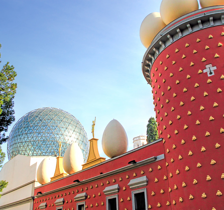 Figueras, Girona, Spagna - 2 Gennaio 2015: Scultura in diverse pose sul tetto accanto all'ingresso del Teatro Dali Salvador e il Museo nella sua città natale di Figueres, in Catalogna, Spagna.