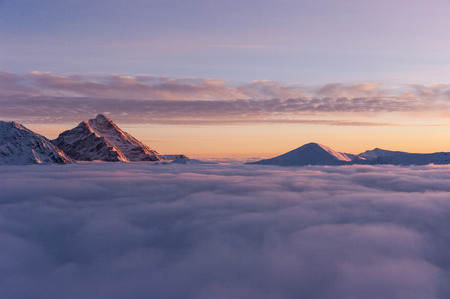 Krivan in de ondergaande zon tijdens de inversie. Tatra Bergen. Stockfoto - 87406900