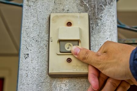 Pushing an electronic doorbell Standard-Bild