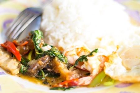 santa cena: Agregue la albahaca camarones thai cerdo cocina Foto de archivo