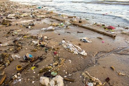 Zeer vervuild strand Stockfoto