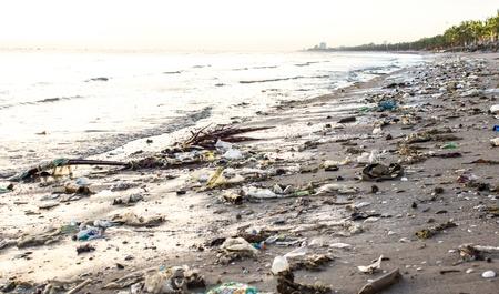 contaminacion del medio ambiente: Playa muy contaminado Foto de archivo