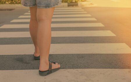 paso de peatones: Una mujer de cruzar un paso de peatones. filtro de la vendimia.