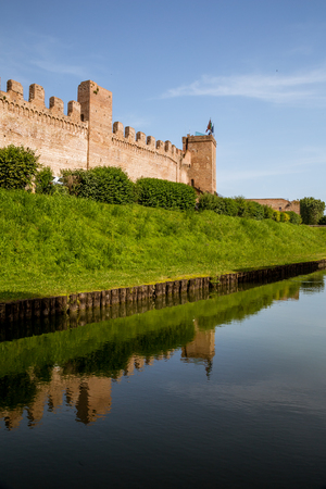 View of the medieval walls and moat of the city of Cittadella, Padua province, Italy 에디토리얼